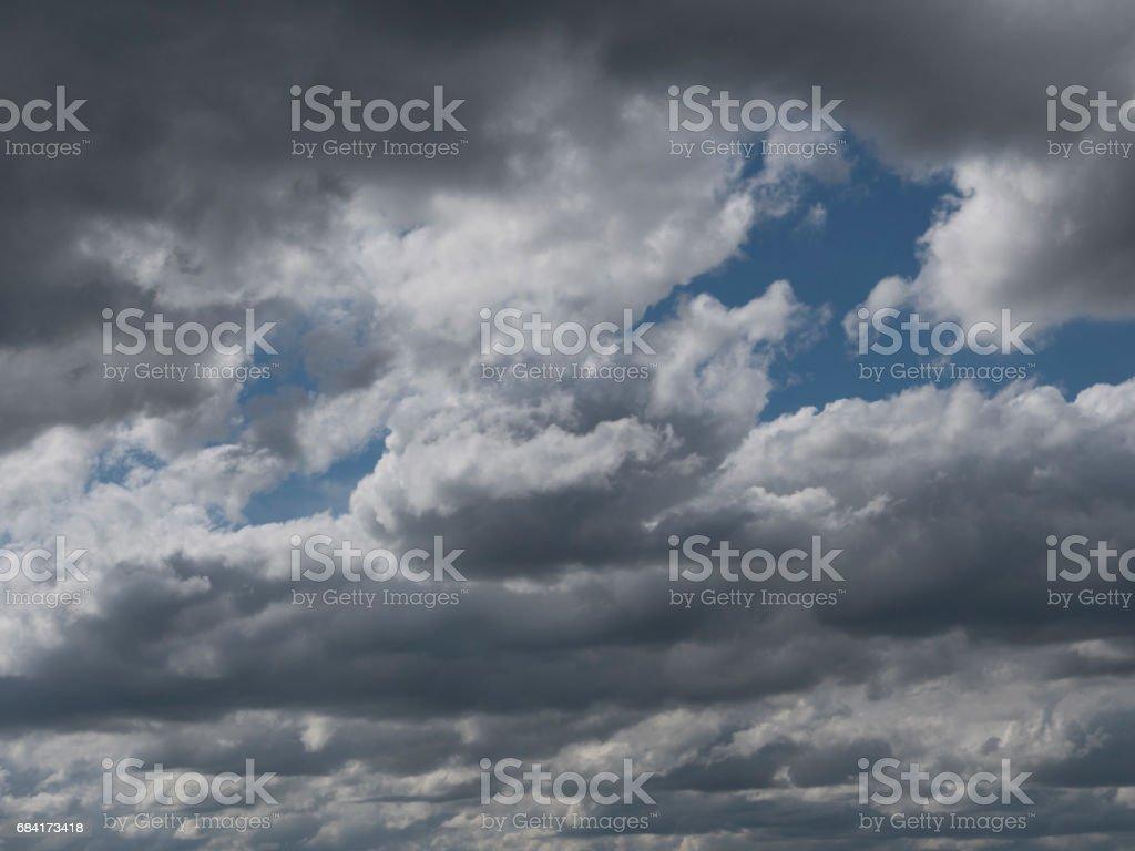 Spectaculaires nuages dans le ciel, ciel nuageux avec misty haze. photo libre de droits