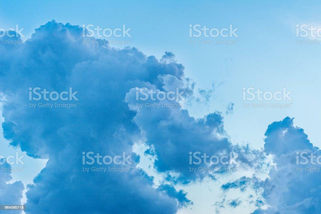 ウクライナの空に劇的な雲が日曜日 - いっぱいになるのロイヤリティフリーストックフォト