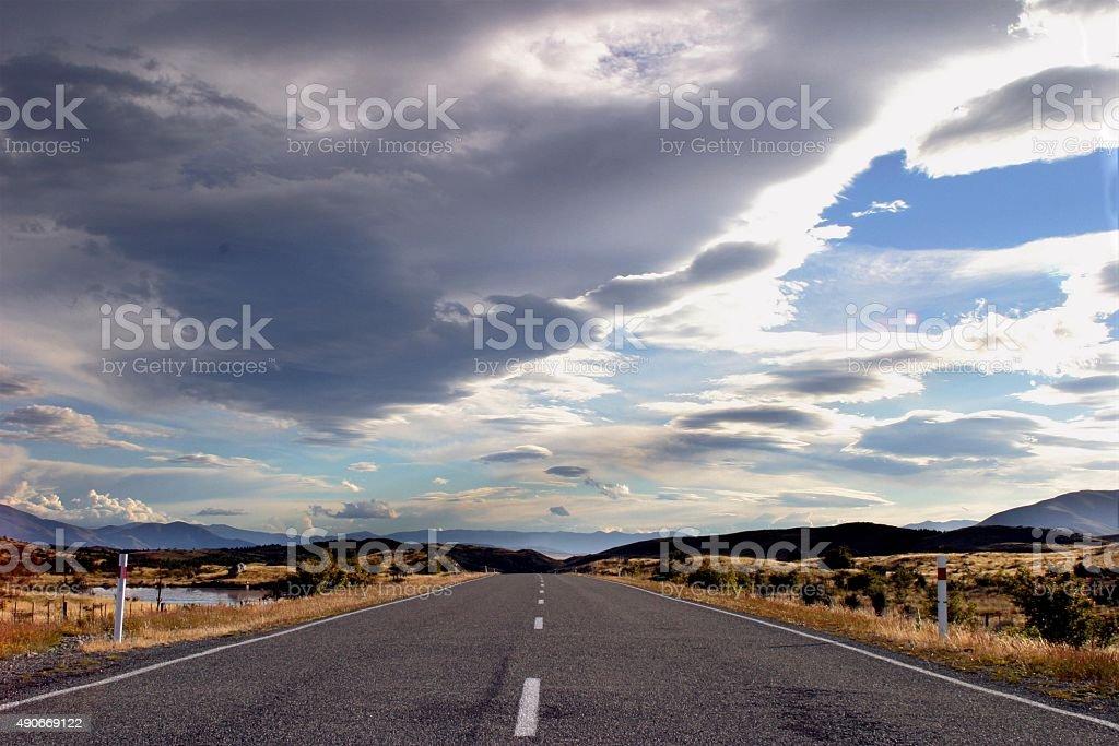 Dramatische Wolken über der Straße Landschaft in Neuseeland – Foto