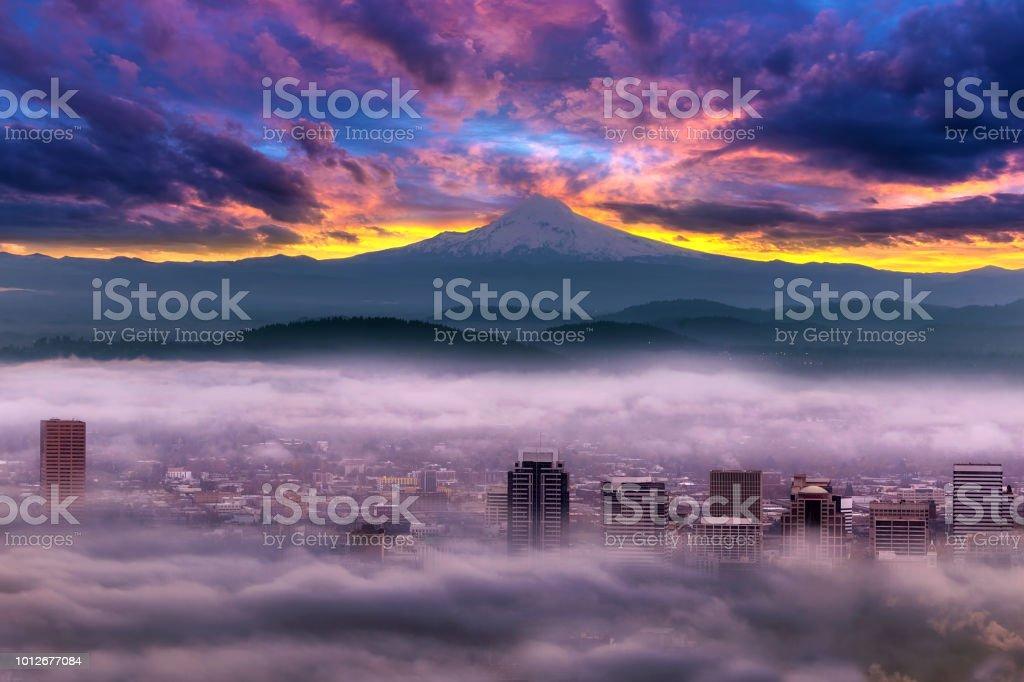 Dramatische farbenfrohen Sonnenaufgang über Mount Hood und nebligen Portland Oregon-Innenstadt – Foto