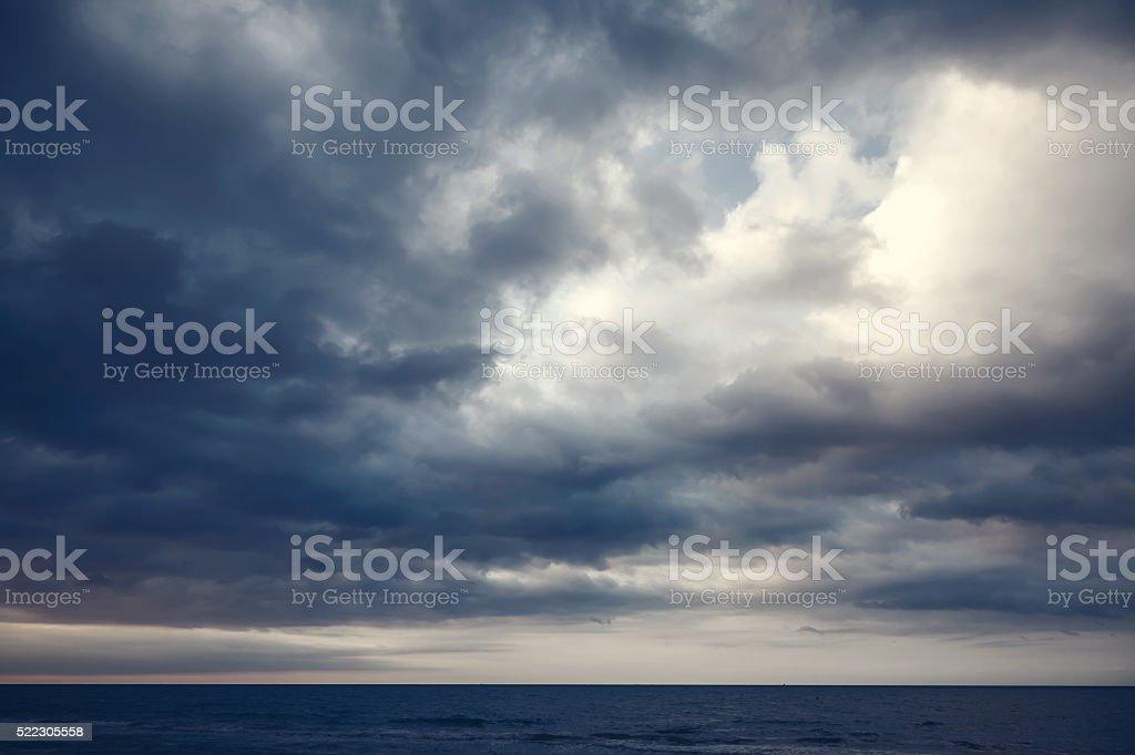 Dramatische dunklen bewölkten Himmel über se – Foto