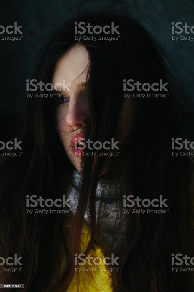 Portrait de beaux-arts dramatique d'un thème fille. Belle fille solitaire avec des volants de cheveux dans le vent - Photo
