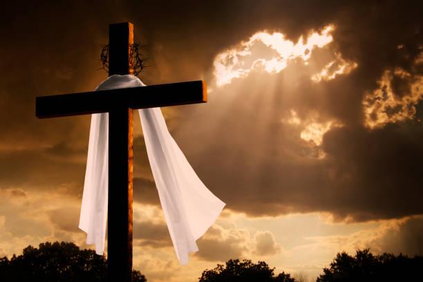 un éclairage spectaculaire sur christian pâques cross que des nuages de tempête pause - jesus croix photos et images de collection