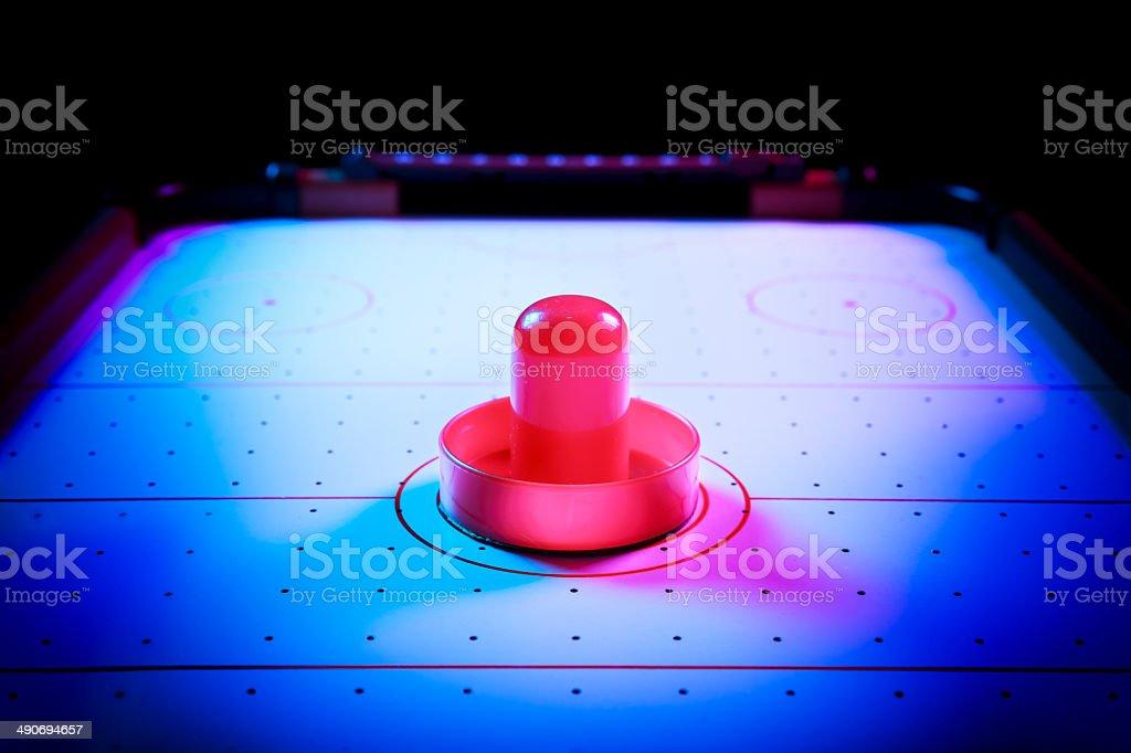 Luz dramática com disco de hóquei de mesa e tacos - foto de acervo