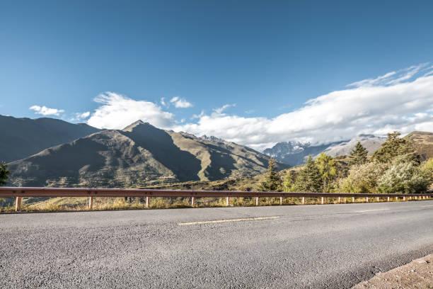 dramatik dağ yolu - ganzi tibet özerk bölgesi stok fotoğraflar ve resimler