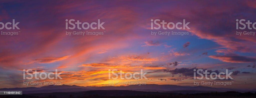 Dramatik dağ günbatımı Panoraması - Royalty-free Akşam karanlığı Stok görsel