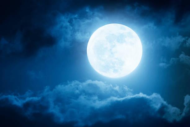 dramatique ciel de nuit et de la pleine lune avec les nuages - pleine lune photos et images de collection