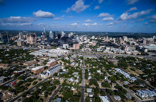 dramatic perspective over east austin texas aerial cityscape - 東方 個照片及圖片檔