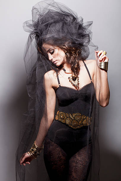 dramatische porträt einer braut in schwarz - hochzeitskleid in schwarz stock-fotos und bilder