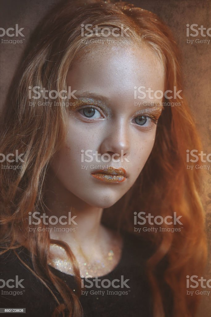 Dramático retrato de uma jovem ruiva com maquiagem brilhante e colorido glitter e brilhos no rosto. - foto de acervo
