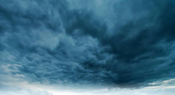 Dramatischer regnerischen Himmel und Wolken – Foto