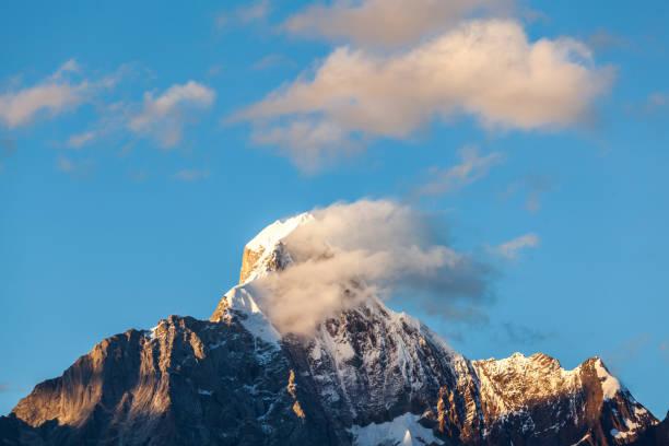 dramatik dağ tepe gökyüzünde - ganzi tibet özerk bölgesi stok fotoğraflar ve resimler