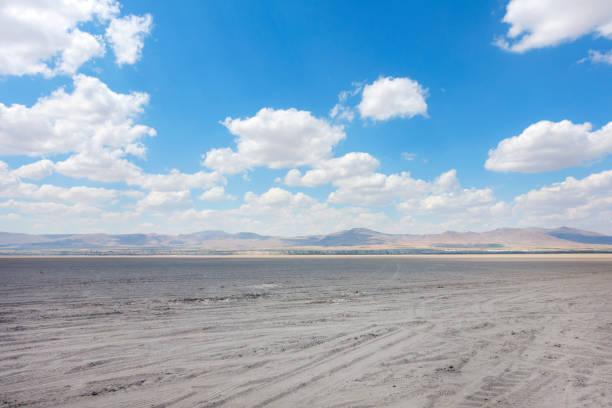 Dramatischer Himmel auf Erde Boden und die Berge. – Foto