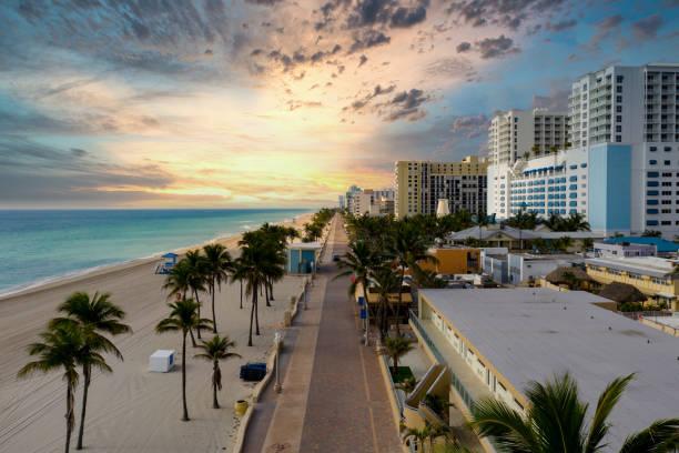 dramatische hemel over het strand - avondklok stockfoto's en -beelden