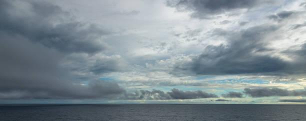 Dramatischer Himmel über dem Ozean – Foto