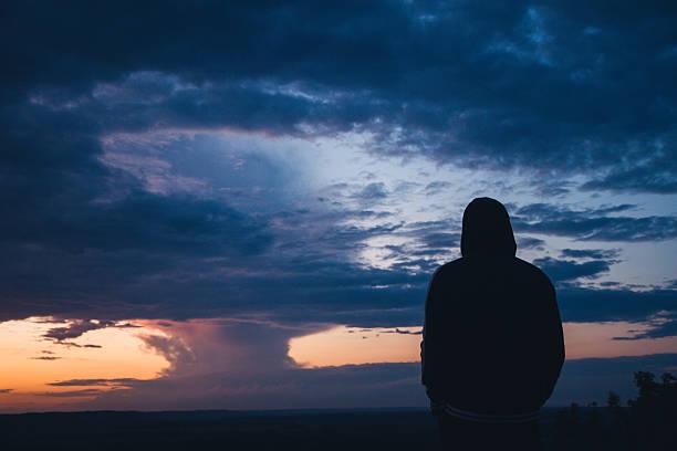 Cielo dramático sobre el valle al atardecer - foto de stock