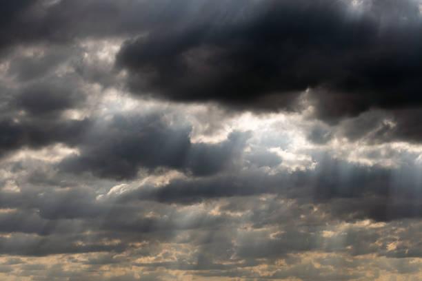 Dramatisches Himmelspanorama mit Sonnenstrahlen zwischen den Wolken. Idyllische Sonne strahlt Wolkenlandschaft Hintergrund. Majestätische Wolkenlandschaft – Foto