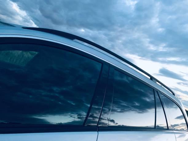 Dramatischer Himmel, der sich in Autofenstern spiegelt – Foto