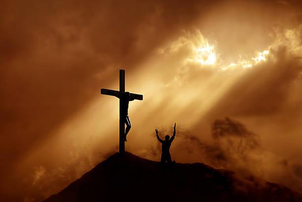paysage de montagne avec ciel dramatique et worshiper cross - jesus croix photos et images de collection