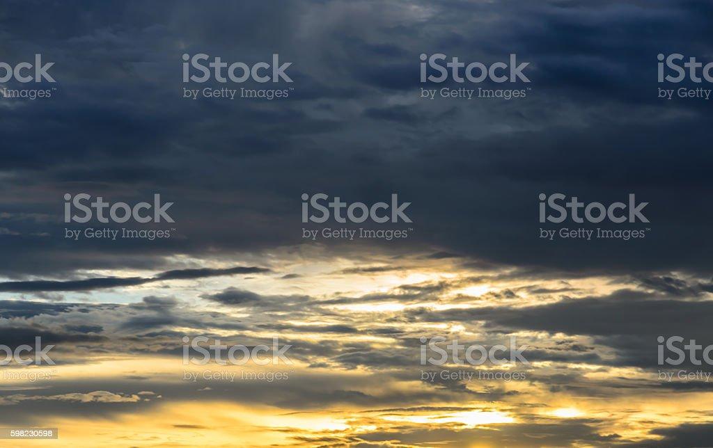 Dramática céu com nuvem ao pôr-do-sol foto royalty-free