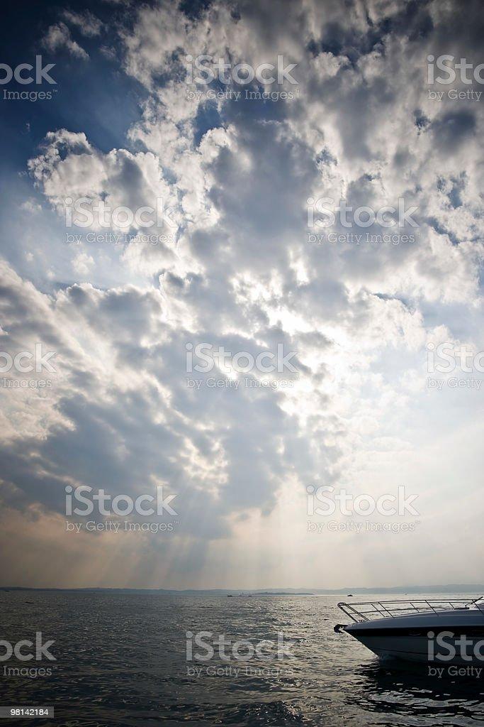 Spettacolare tempesta cielo al tramonto sul mare con barca foto stock royalty-free