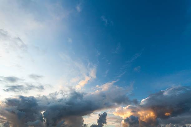 Cielo dramático vehemente - foto de stock