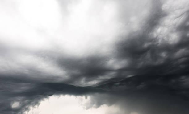 戲劇性的奇怪烏雲暴雨背景前 - 亂流 個照片及圖片檔
