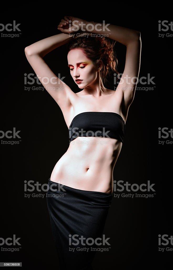 Dramática estudio Retrato de hermosa mujer triste de pelo roja foto de stock libre de derechos