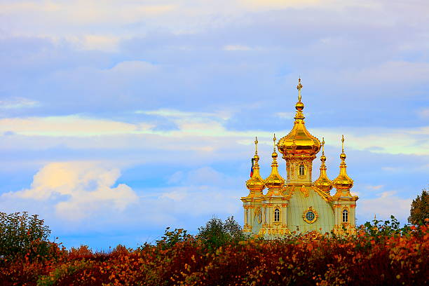 dramatic sunrise, russian orthodox chapel church, gold cupolas, st. petersburg - peterhof stockfoto's en -beelden