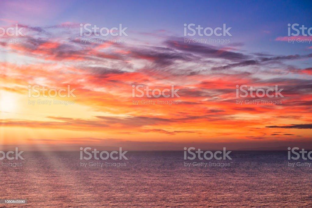 Dramatische Sunrise mit Strahlen der Sonne über dem Meer – Foto