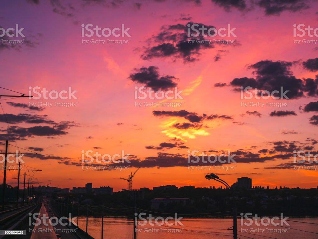 Dramatische zonsondergang en silhouetten van gebouwen van de stad in zomeravond - Royalty-free Architectuur Stockfoto
