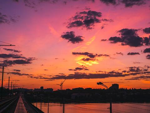 Dramatische Zonsondergang En Silhouetten Van Gebouwen Van De Stad In Zomeravond Stockfoto en meer beelden van Architectuur