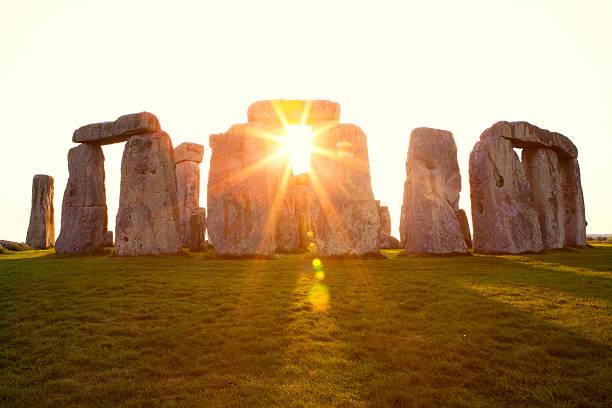 dramatischen sonnenuntergang in stonehenge horizontal - wunder stock-fotos und bilder