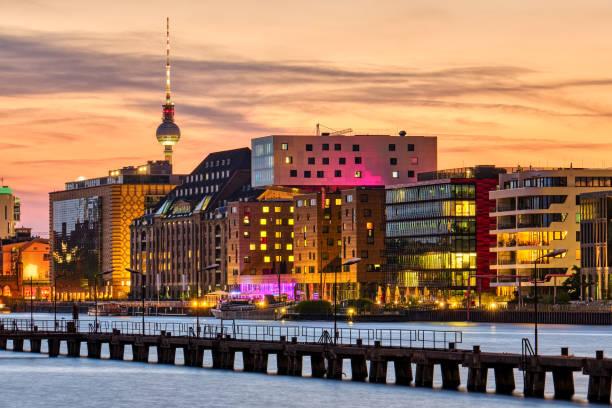 dramatischer sonnenuntergang an der spree in berlin - kreuzberg stock-fotos und bilder