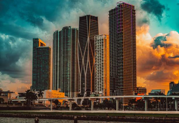 Dramatischer Sonnenuntergang in Miami, Florida, am Biscayne Boulevard als von der venezianischen Causeway Bridge gesehen – Foto