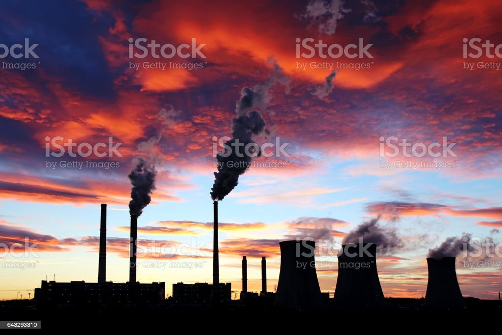 dramatic sunset on the sky and coal power plant factory – Foto