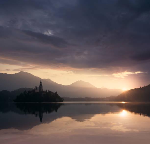 Dramatischen Sonnenuntergang auf See – Foto