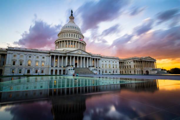 美國國會大廈在華盛頓特區戲劇性的日落 - 柱頭 個照片及圖片檔
