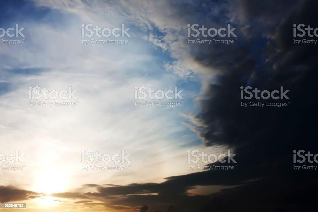 Dramatischen Sonnenuntergang mit Gewitterwolken. Lizenzfreies stock-foto