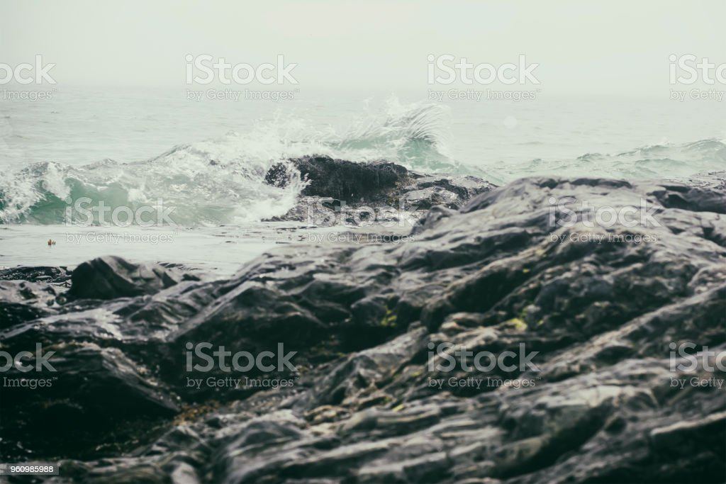 Dramatische Wellen auf einer felsigen Küste. - Lizenzfrei Beschaulichkeit Stock-Foto