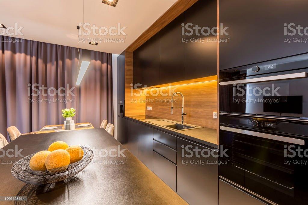 Vorhange In Schwarzen Kuche Interieur Stockfoto Und Mehr Bilder Von Blume Istock
