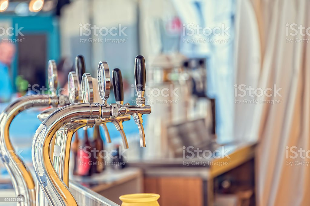 Draught beer taps in a bar. photo libre de droits