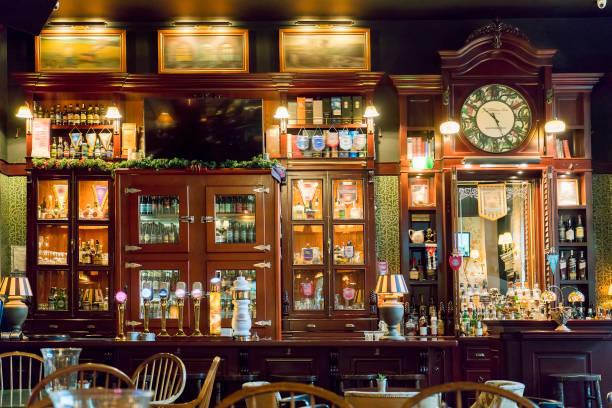 tap bier kranen in een traditionele pub - britse cultuur stockfoto's en -beelden