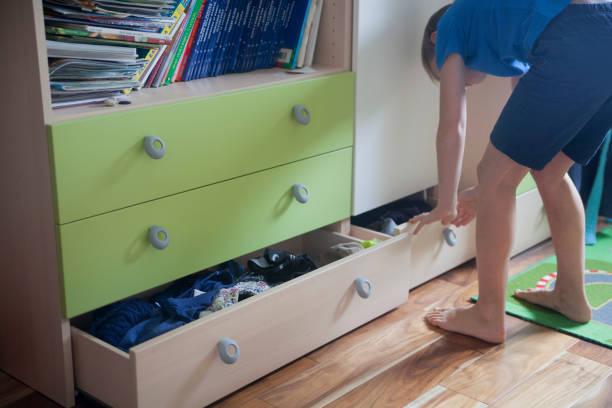 en låda i ett sovrum - looking inside inside cabinet bildbanksfoton och bilder