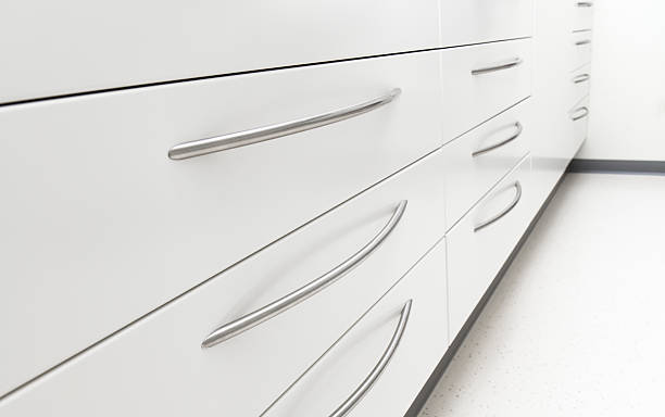 schubladen einer aktenschrank - schubladenkommode weiß stock-fotos und bilder