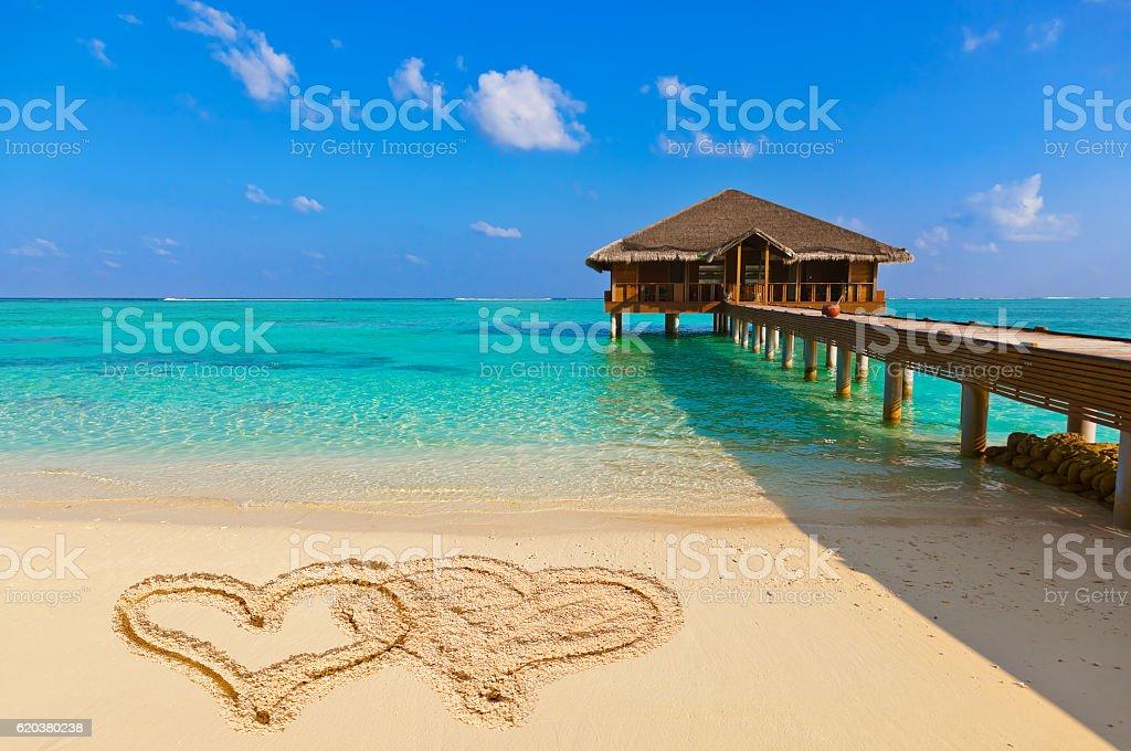Desenho corações conectadas na praia foto de stock royalty-free