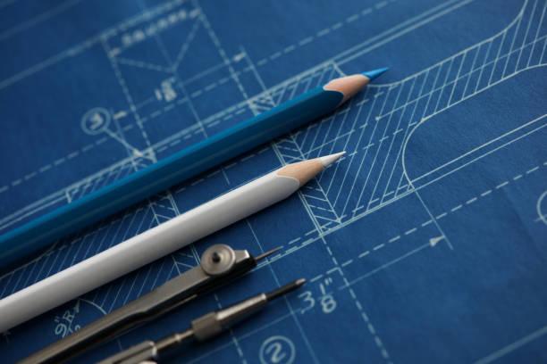 het ontwerpen van de tekening die over blauwdrukdocument liggen - blauwdruk stockfoto's en -beelden