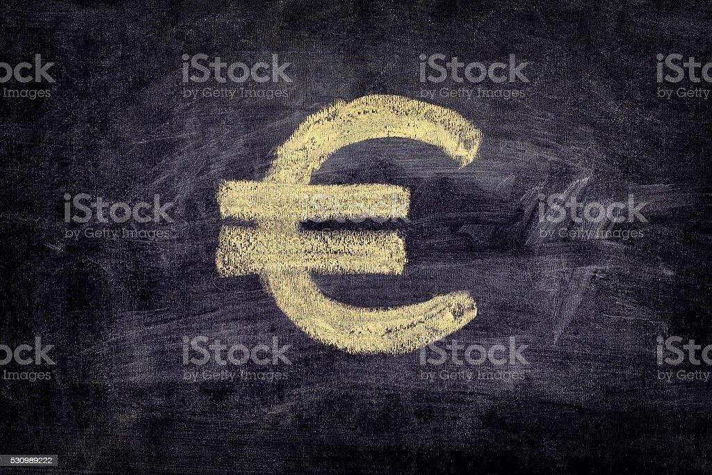 Extraer euros sobre fondo negro chalkboard señal - foto de stock