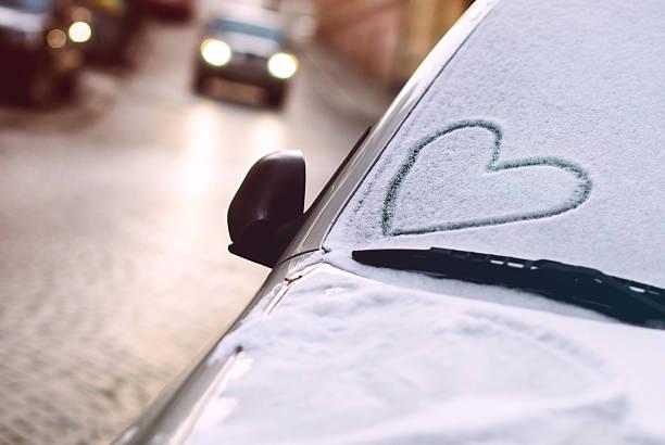 herz gezeichnet auf ein auto windschutzscheibe - romantische karten stock-fotos und bilder