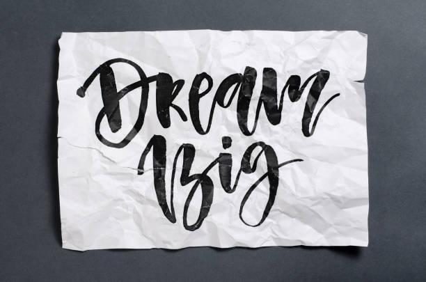 große träume. handgeschriebener text auf weißen zerknittertes papier. moderne kalligraphie. inspirierende angebot. - bedeutungsvolle zitate stock-fotos und bilder